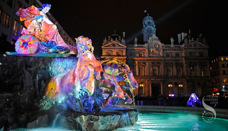 Lyon place des Terreaux: The Bartholdi fountain. 2010 Festival of Lights