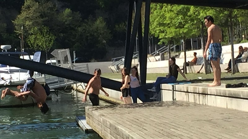 kids swimming at the in Lyon Confluence waters