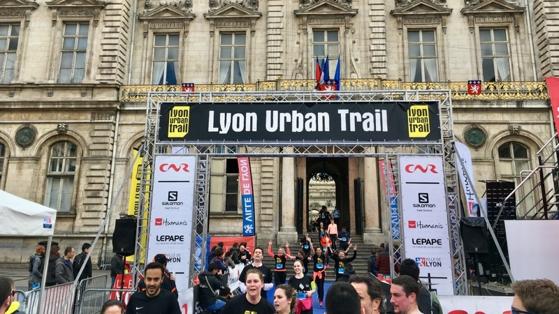 finish line of the lyon urban trail on place des terreaux