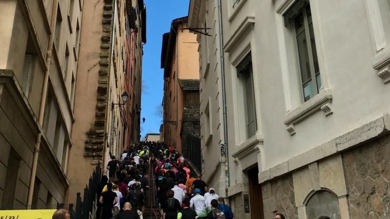 montée des carmes déchaussés packed with runners for the lyon urban trail