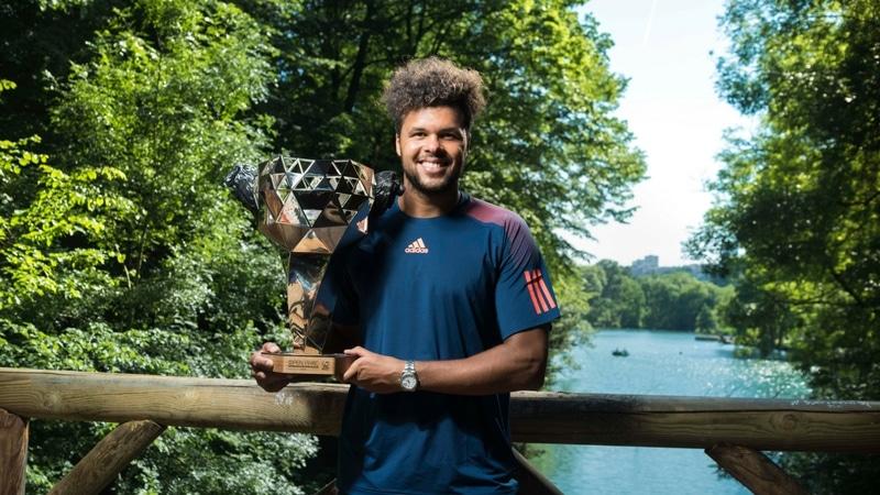 jo-wilfried tsonga holding the open parc trophy in parc de la tête d'or in lyon