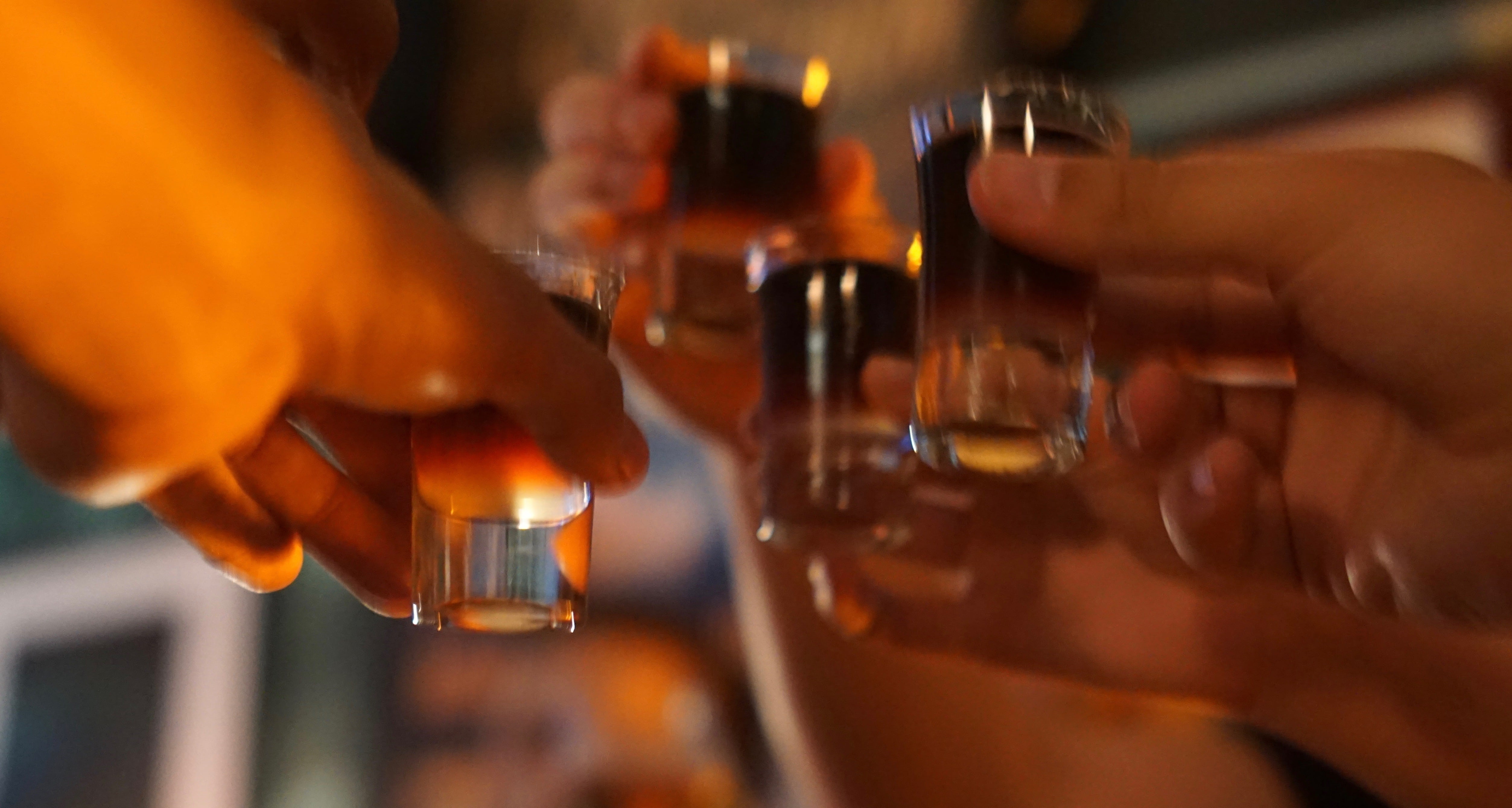 Shot glasses clinking in Le faute aux ours